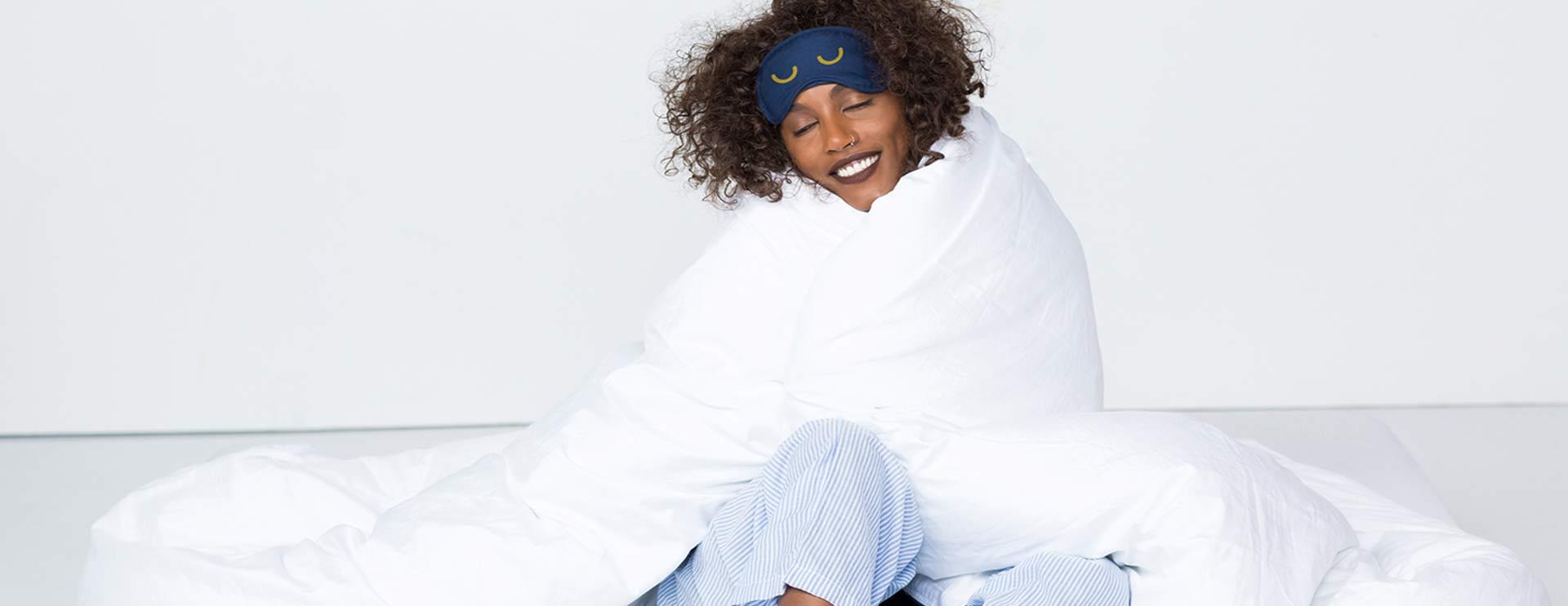 תמונה: דוגמנית בתוך שמיכה